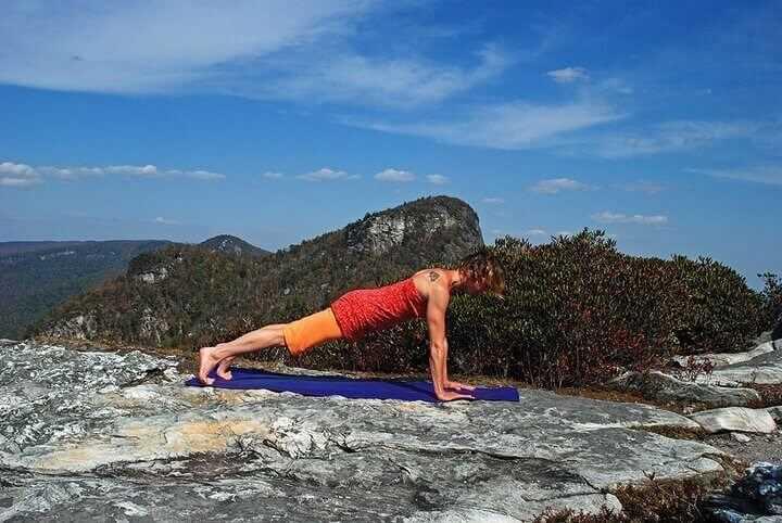 Flexible Beine hinter dem Kopf